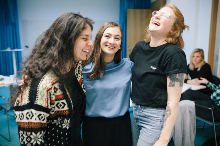 girls laughing fotograf gotland linnea ronström