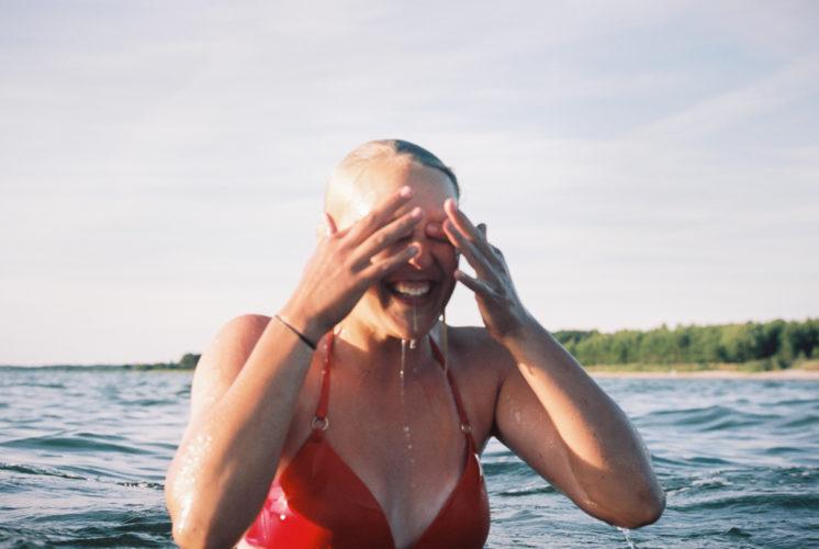 Girl swimming Gotland fotograf Linnea Ronström